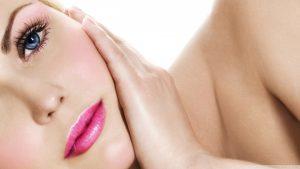 Mikrodermabrasion wird im Gesicht u.a. bei großen Poren oder Aknenarben eingesetzt.